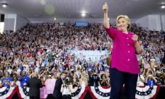 Hillary Clinton cumprimenta apoiadores em comício de Filadélfia, nos EUA Foto: Andrew Harnik / AP