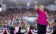 Hillary Clinton cumprimenta apoiadores em comício de Filadélfia, nos EUA
