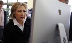 Hillary Clinton mexe em computador durante parada de campanha nos EUA Foto: CARLOS BARRIA / REUTERS
