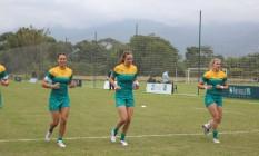 Seleção feminina de rugby da Austrália treina no campo do resort, em Mangaratiba Foto: Divulgação / Terceiro
