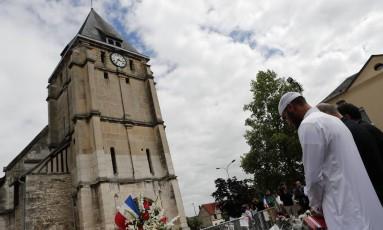 Muulmanos fazem minuto de silêncio em frente a igreja onde jihadistas degolaram padre na França Foto: Francois Mori / AP