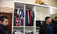 O armário do bandido tinha principalmente camisas de times. Em cima, ele guardava seu violão Foto: NORBERTO DUARTE / AFP