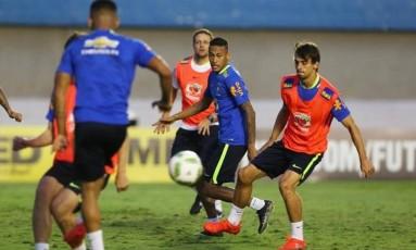 Capitão. Neymar em ação no treino do Brasil, ontem, no Serra Dourada, em Goiânia: liderança e amizade com colegas impressionou o técnico Micale Foto: Aílton de Freitas / Aílton de Freitas
