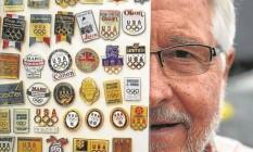 Paixão antiga. Phil Wooll coleciona pins há 32 anos e já tem mais de 200 mil peças Foto: Alexandre Cassiano / Agência O Globo
