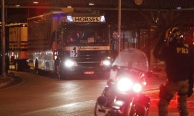 Sob forte esquema de segurança, os primeiros cavalos que competirão na Rio-2016 foram levados a Deodoro Foto: Pedro Teixeira / Agência O Globo