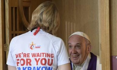 O Papa Francisco recebe a confissão de uma jovem participante da Jornada Mundial de Juventude em um dos eventos de sua agenda neste sábado Foto: HO / AFP/OSSERVATORE ROMANO