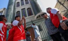 Atletas muculmanos da delegação da Indonésia fazem pausa nos treinos para visitar a mesquita da Luz, em Vila Isabel, na companhia do sheik Jihad Hammed Foto: Pedro Kirilos / Agencia O Globo