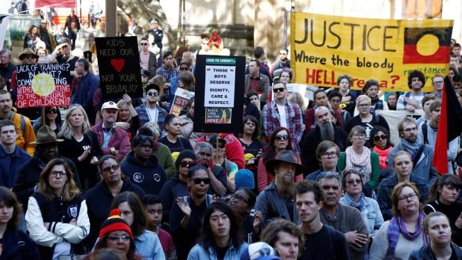 Manifestantes se reúnem em Sydney para protestar contra casos de abuso contra menores aborígenes em centros de detenção na Austrália Foto: REUTERS/JASON REED