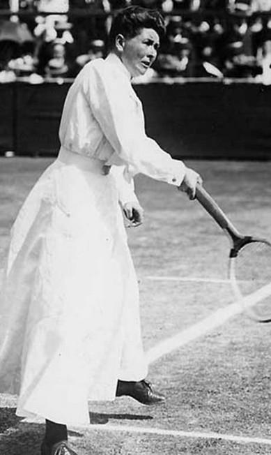 A tenista britânica Charlotte Cooper entrou para a história ao se tornar a primeira mulher a conquistar o título de campeã olímpica, em 1908, em Paris. Charlotte venceu na disputa de simples e nas duplas mistas, ao lado do seu compatriota Reginald Doherty. Na época, ela já havia conquistado três de seus cinco títulos do Torneio de Wimbledon Agência O Globo