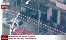 Homem armado faz reféns em loja no bairro de Perdizes, em SP Foto: Reprodução TV