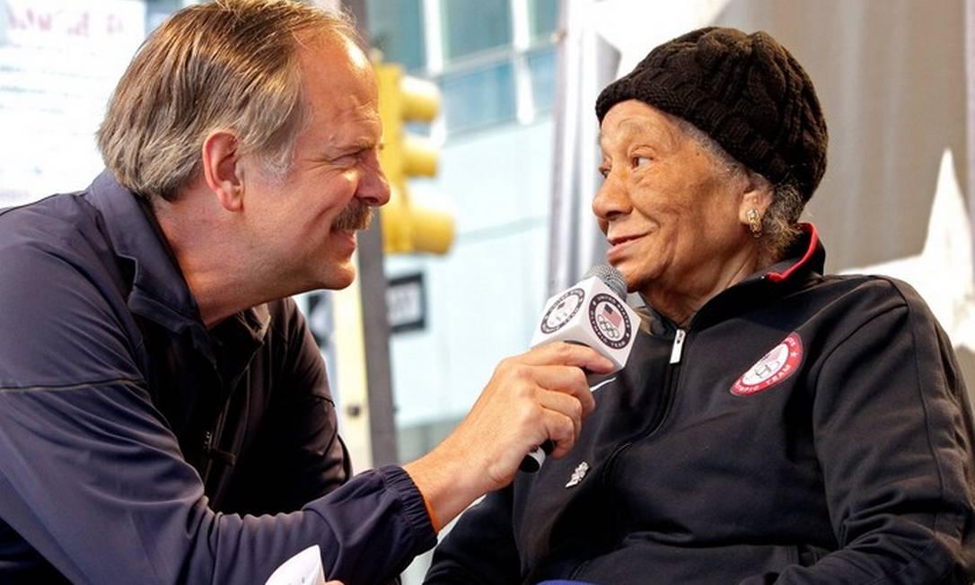 Alice Coachman foi a primeira mulher negra a conquistar um ouro olímpico, nas Olimpíadas em 1948. Durante os Jogos de Londres, o primeiro após a Segunda Guerra Mundial e ganhou a medalha das mãos do Rei George VI AP