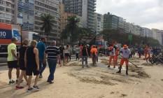 Ondas invadiram calçadão de Copacabana Foto: Vera Araújo / Agência O Globo