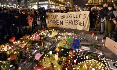 """Manifestantes com cartaz com os dizeres """"eu sou Bruxelas"""" homenageiam as vítimas dos ataques terroristas na capital belga em março último Foto: AP/Martin Meissner/22-03-2016"""