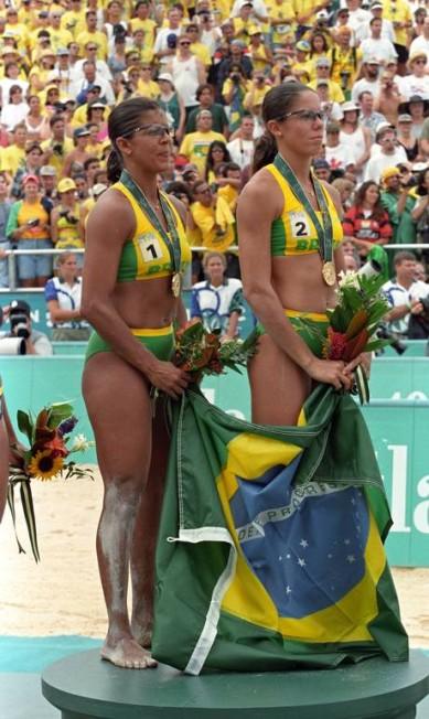 Em Atlanta - 1996, a dupla de vôlei de praia Jacqueline e Sandra ganhou a primeira medalha de ouro para o Brasil em uma modalidade feminina Agência O Globo