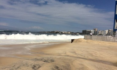 Fortes ondas chegam ao centro de mídia em Copacabana Foto: Vera Araújo / O Globo