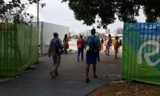 Atletas de países como Cuba, Chile e França chegam juntos ao Estádio de Remo da Lagoa na manhã de sábado Foto: Bernardo Mello / O Globo