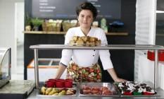Lara Folster começou sua empresa a partir da criação de lanches saudáveis para o filho, como bolo de abobrinha com gotas de cacau e sanduíche com pão de beterraba Foto: O Globo / Edilson Dantas