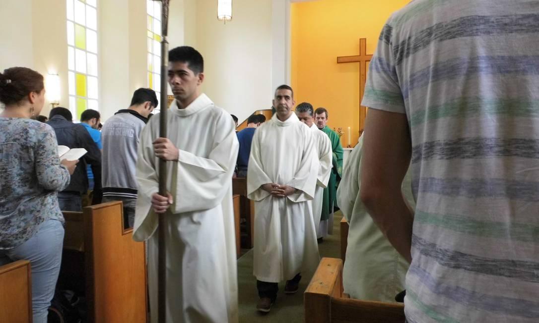 Na frente do pastor Gottfried, dois ajudantes da liturgia, que leram o evangelho em farsi e em árabe. Foto: Graça Magalhães-Ruether