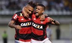 Guerrero comemora um gol pelo Flamengo com Everton. Ele pode completar três jogos seguidos com gols Foto: Márcio Alves / Agência O Globo