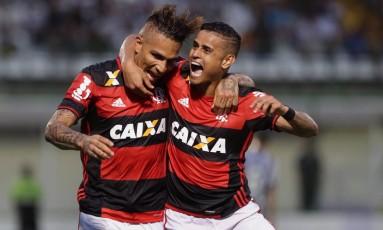 Guerrero e Everton formam o ataque do Flamengo Foto: Márcio Alves / Agência O Globo