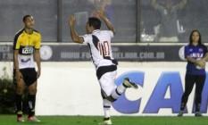 Éderson, com a camisa 10, já que Nenê não jogou, comemora o primeiro gol do Vasco na vitória sobre o Criciúma, em São Januário Foto: Vasco/divulgação