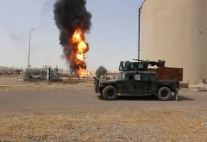 Fumaça e fogo em tanque de petróleo destruído pelo ataque de militantes do Estado Islâmico à estação de bombeamento de Bai Hassan, a Noroeste da cidade iraquiana de Kirkuk Foto: REUTERSAKO RASHEED