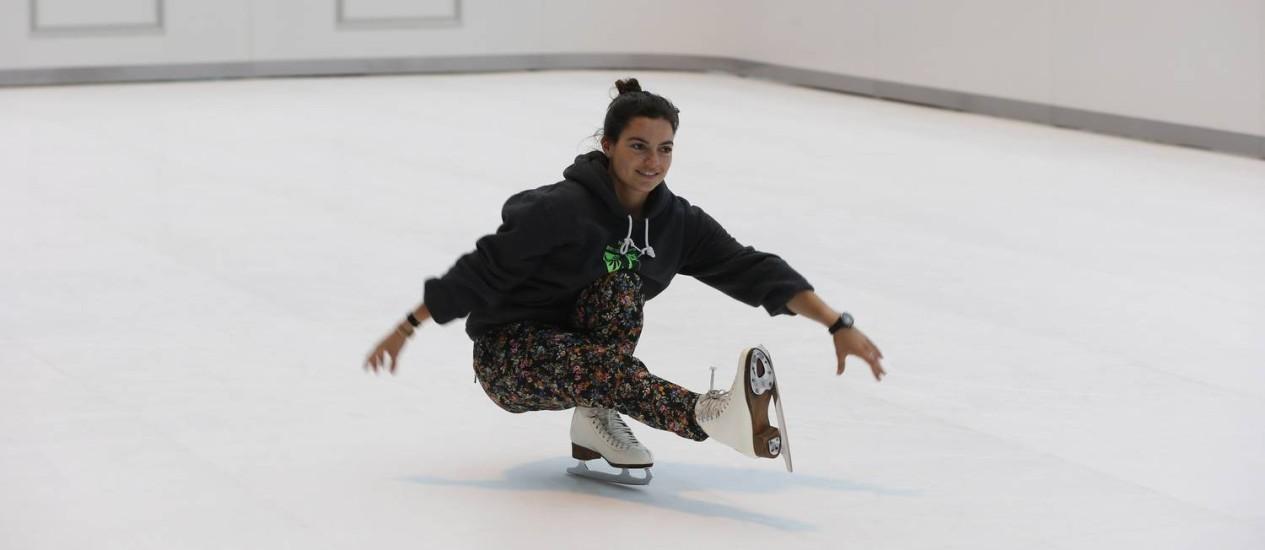 """Nem tão """"Frozen"""": patinadora testa a falsa pista de gelo da Suíça na Lagoa Foto: Domingos Peixoto / Agência O Globo"""