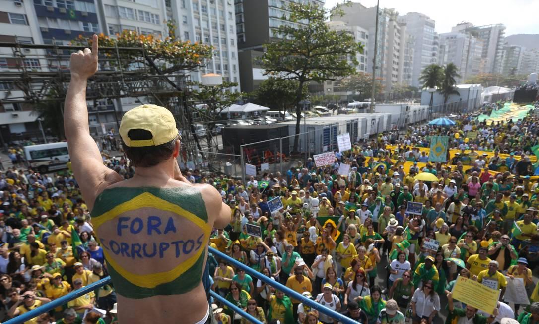 Manifestação contra a corrupção leva centenas de pessoas à orla da praia de Copacaban Custódio Coimbra / Agência O Globo