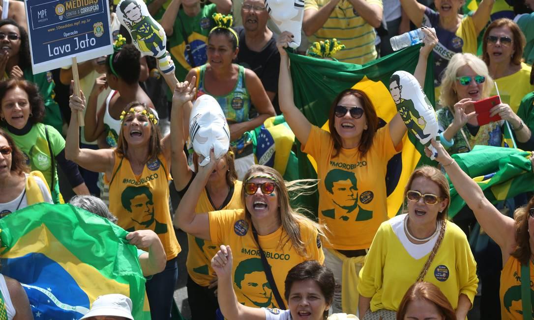 Com camisas com iamgens do juiz Sérgio Moro, manifestantes protestam contra a corrupção e defendem impeachment da presidente afastada Dilma Rousseff Custódio Coimbra / Agência O Globo