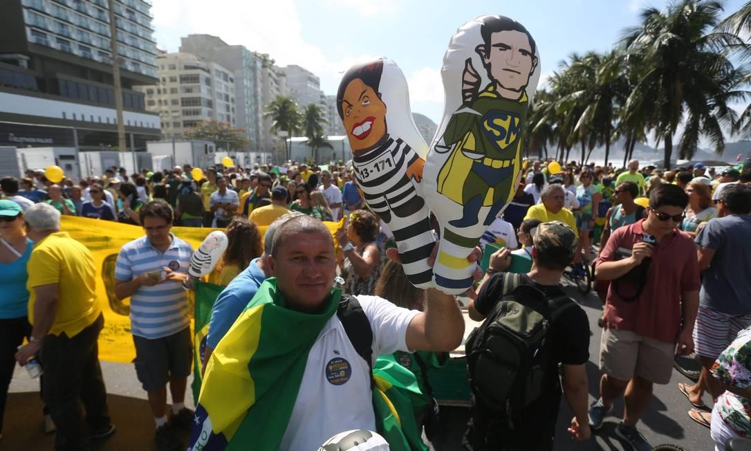 Bonecos infláveis de Dilma e do juis Sérgio Moro se espalhavam no ato em Copacabana Custódio Coimbra / Agência O Globo