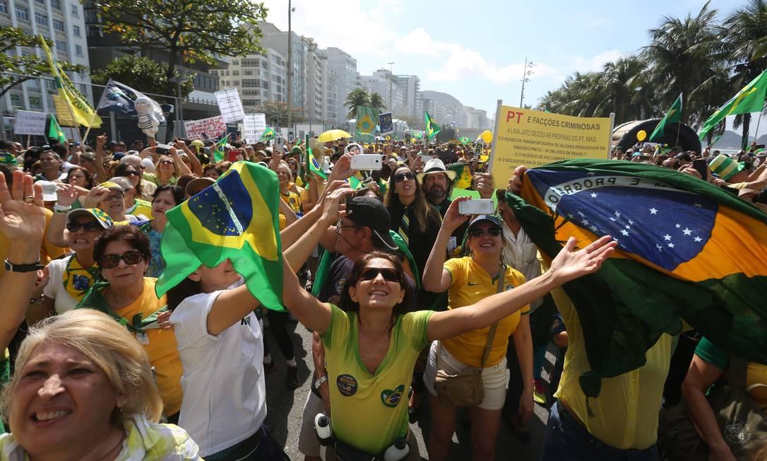 Ato convocado pelas redes sociais levou centenas de pessoas com bandeiras do Brasil e cartazes contra PT, Dilma e Lula à Copacabana Custódio Coimbra / Agência O Globo