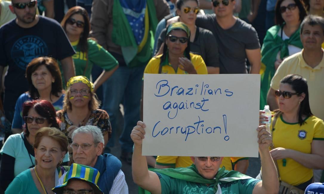 Cartazes em inglês também foram levados por manifestantes NELSON ALMEIDA / AFP