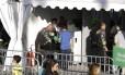 Oficiais da Força Nacional fazem revista na entrada do Maracanã, para o ensaio geral da cerimônia de abertura