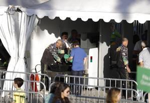 Oficiais da Força Nacional fazem revista na entrada do Maracanã, para o ensaio geral da cerimônia de abertura Foto: Alexandre Cassiano / Agência O Globo