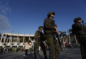 Oficiais do Exército patrulham a entrada do Maracanã, durante o ensaio geral da cerimonia de abertura dos Jogos Olímpicos Rio-2016 Foto: Alexandre Cassiano / Agência O Globo