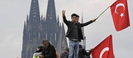 Manifestantes pró-Erdogan se reúnem em Colônia, na Alemanha Foto: Martin Meissner / AP