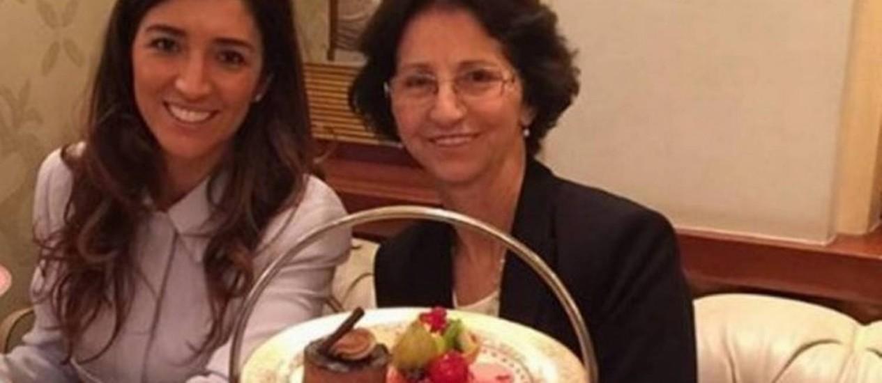 Aparecida Schunck (à dir.) com a filha Fabiana Flosi que é casada com Bernie Ecclestone Foto: Reprodução internet