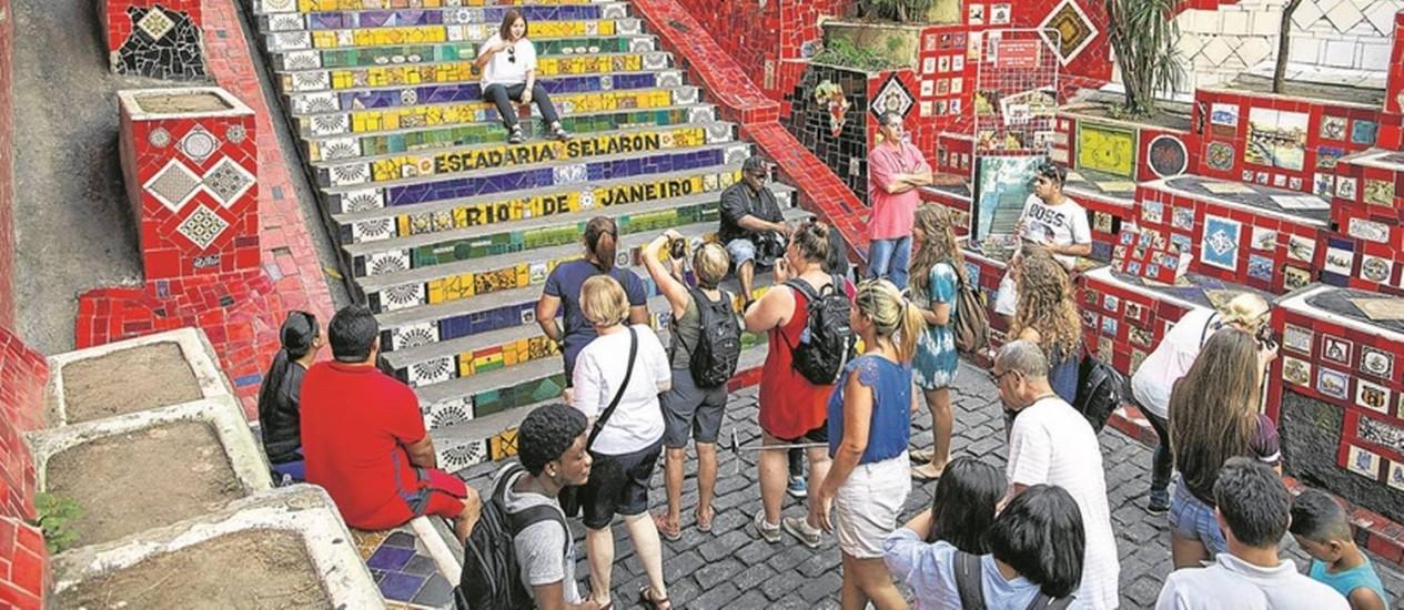 Grupos tiram fotos na Escadaria Selarón, um dos pontos mais visitados por estrangeiros: Operação Lapa Presente é elogiada, mas comerciantes acham que o programa não será capaz de garantir, sozinho, a segurança Foto: Daniel Marenco