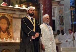 Dois imãs participam da missa na igreja de Santa Maria, em Roma Foto: TIZIANA FABI / AFP