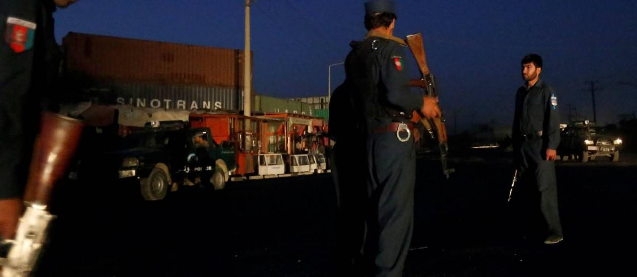 Polícias afegãos cercam local de uma explosão em Cabul, Afeganistão Foto: OMAR SOBHANI / REUTERS