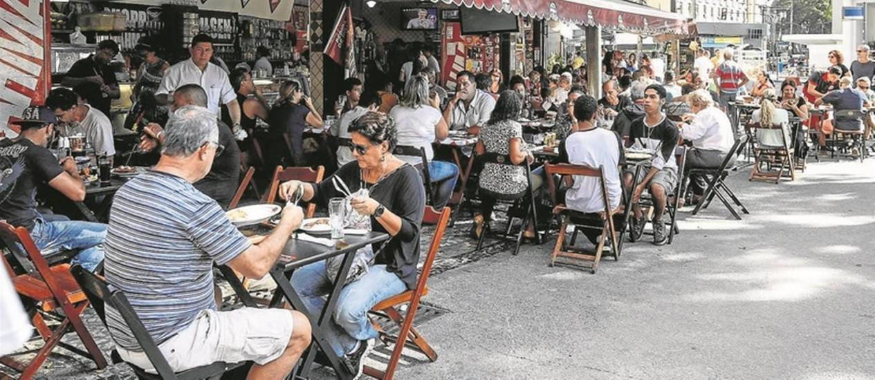 A região, que passou a atrair público bem maior por causa das novas atrações, tem agora estabelecimentos quase sempre lotados: fenômeno é recente Foto: Alexandre Cassiano / Agência O Globo