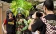 Nas vesperas da abertura dos Jogos Olimpicos no Rio, alguns turistas ja circulam pela cidade e tentam mostrar alguma intimidade com nossas cores e sabores
