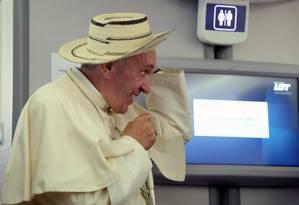 Papa Francisco usou chapéu em coletiva de imprensa no avião que o levou da Polônia para o Vaticano Foto: POOL / REUTERS