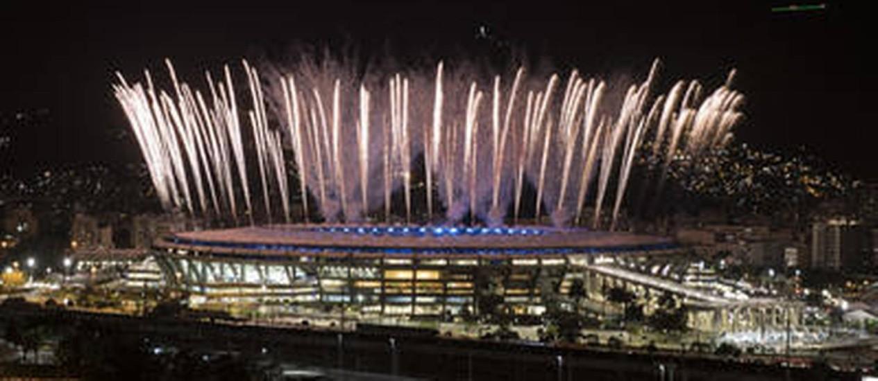 Queima de fogos no ensaio da cerimônia de abertura no Maracanã Foto: AP