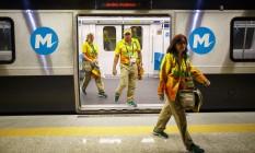 Voluntários desembarcam na Linha 4: serviço recomeça no dia 6 de setembro, véspera da Paralimpíada Foto: Daniel Marenco / Agência O Globo