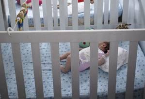 Mulher de 34 anos pegou bebê que estava em berço ao lado da cama da mãe, que dormia Foto: Fernando Lemos / Agência O Globo
