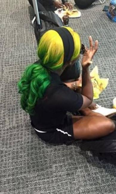 Shelly-Ann Fraser-Pryce 'pirou' a cabeça nas cores jamaicanas durante a viagem para o Rio. Com ombré em verde e amarelo, ela causou no Facebook Reproduçã/Instagram