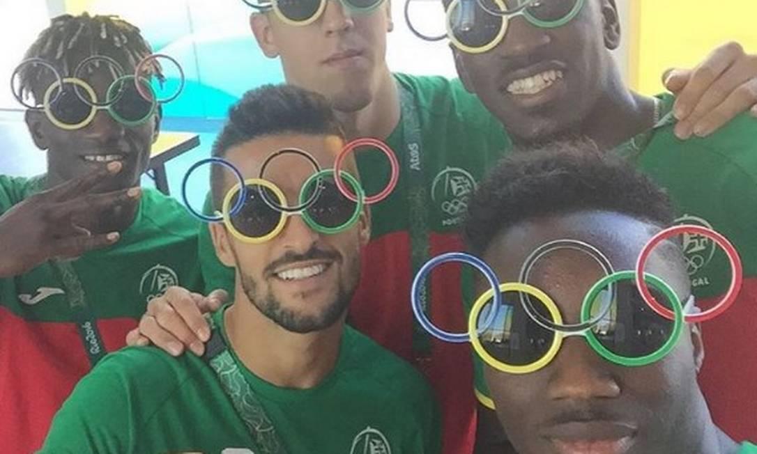 Com óculos que representam os anéis olímpicos, os portugueses do futebol fizeram a festa no Instagram Reprodução/Instagram