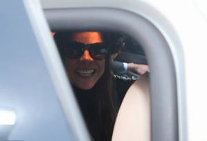 Mônica Moura sorri ao sair da PF Foto: Geraldo Buboniak