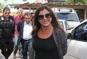 Mônica Moura sorri para os fotógrafos quando chega ao Instituto Médico Legal, em Curitiba, após ser presa em fevereiro Foto: Geraldo Bubniak / Agência O Globo 22/02/2016